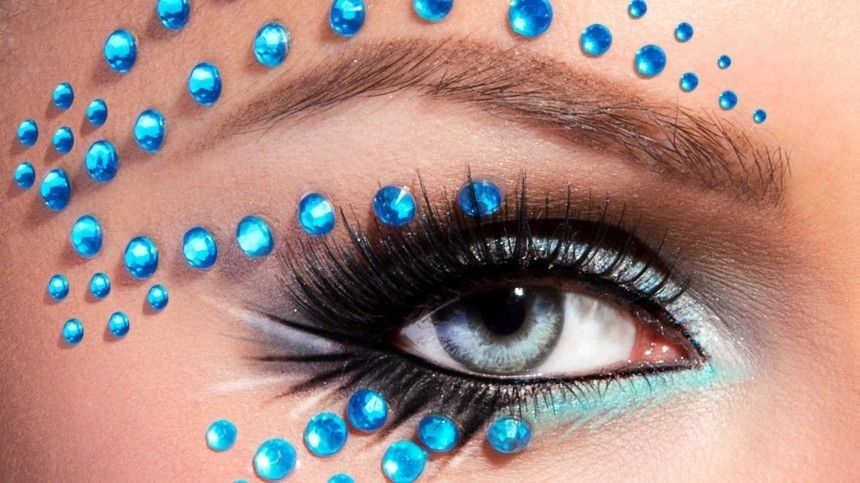 Визажист советует ненаносить тонну макияжа, адобиться естественной красоты спомощью уходовой косметики.