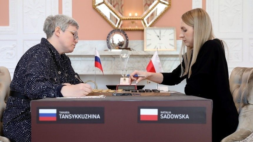 Представитель принимающей стороны прервал партию, чтобы отобрать уроссийской участницы государственный флаг.
