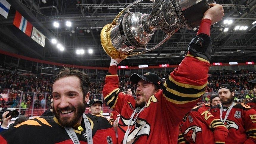 Праздник был общим иникто необижался. Ведь хоккеисты этого сибирского города впервые вистории КХЛ завоевали престижный кубок Гагарина.