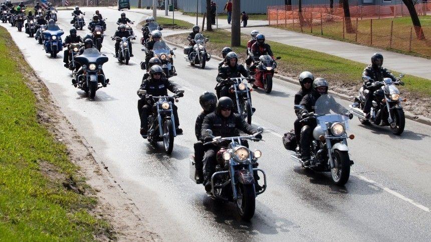 Участники мотомарша Дороги Победы 2021 посетили Пискаревское кладбище