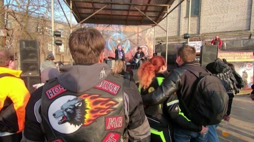 Участники мотомарша «Дороги Победы 2021» провели рок-концерт вПетербурге— видео