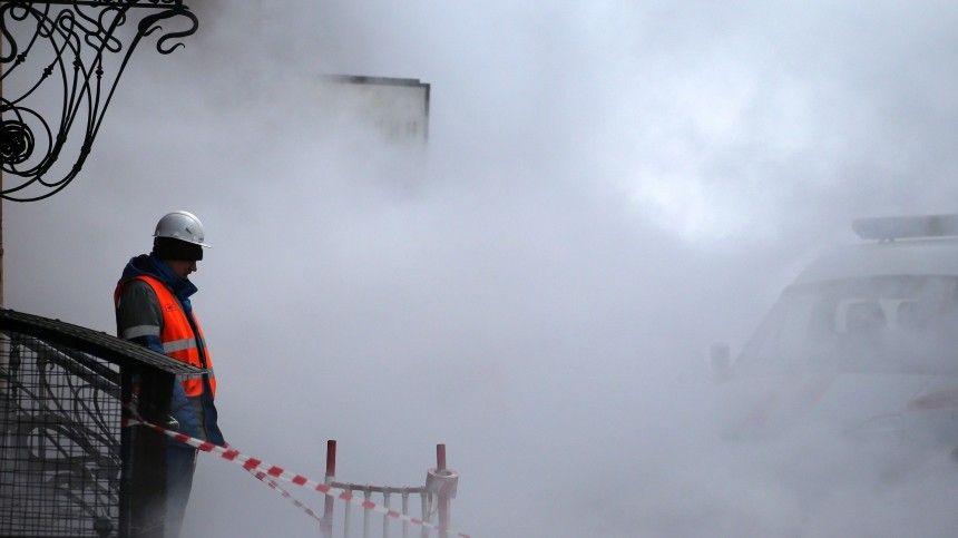 Гейзер высотой с дом забил на набережной Мойки в Петербурге  видео