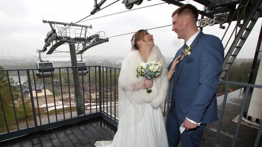 Три десятка пар одновременно поженились наканатной дороге вМоскве