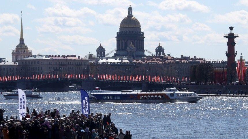 В Петербурге впервые состоялся водный парад Бессмертная флотилия  видео