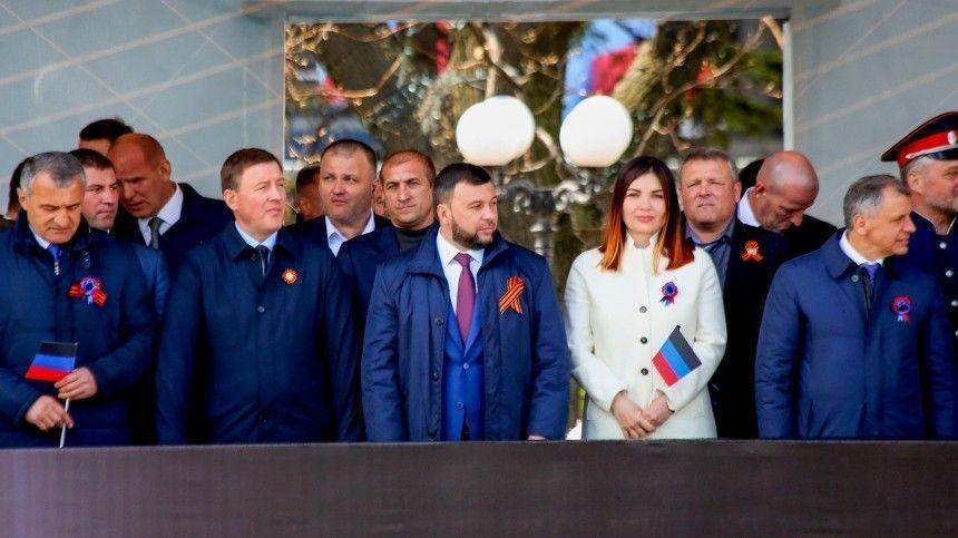 Секретарь генсовета партии Андрей Турчак поздравил местных жителей сседьмой годовщиной создания Народной Республики.