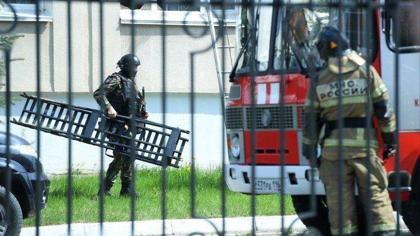 Накадрах видно, как изздания гимназии выносят раненых. Доносятся выстрелы.