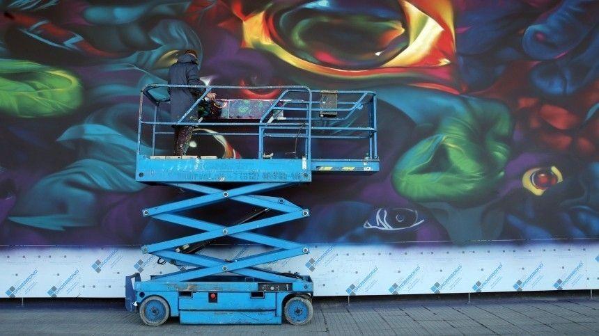 Любителям красивых фонов для селфи стоит присмотреться кНовой Третьяковке. Это филиал галереи наКрымском валу. Там кюбилею прославленного собрания, 160-летию— вовсю стену рисуют огромное граффити.