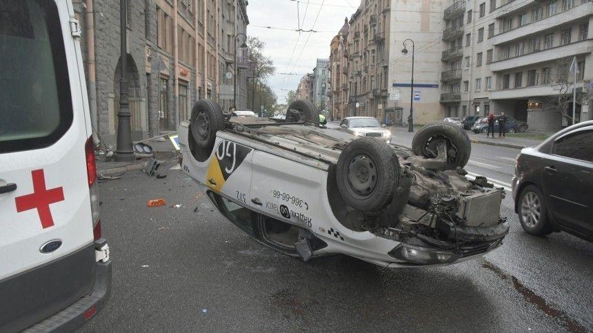 Водителю авто удалось выбраться изперевернутой машины только спомощью очевидцев.
