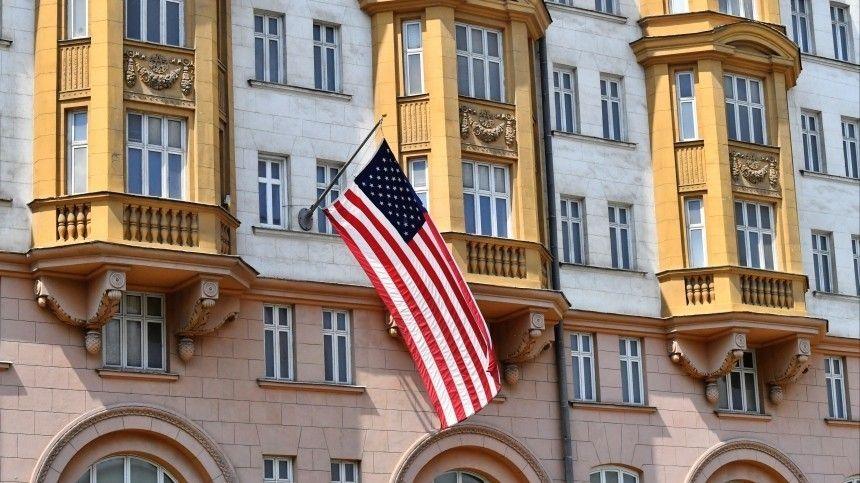 Правительство России пока разрешило дипломатам нанимать иностранцев для работы впосольстве.