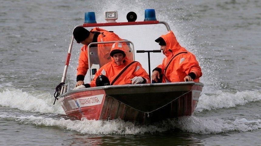 Одно судно после инцидента затонуло. Проводятся работы поего поднятию содна.