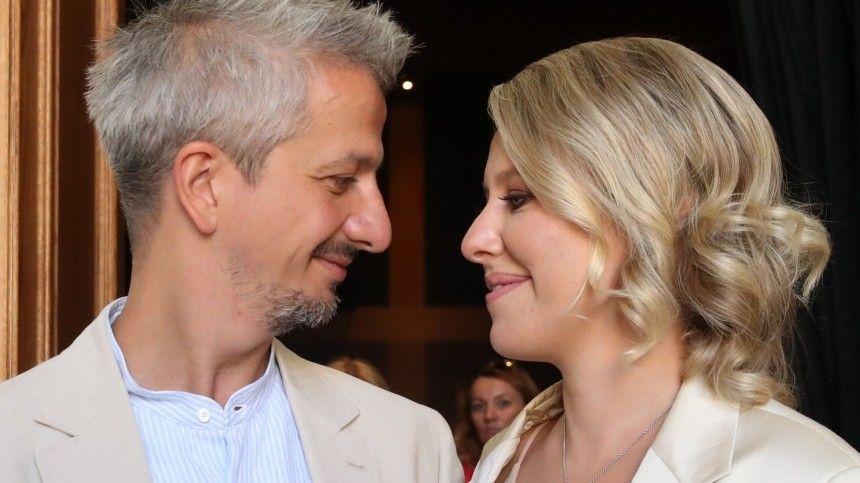 Актриса рассказала, что родителей режиссера досих пор навещает бывшая невестка, авот новую жену вихдоме невидно.