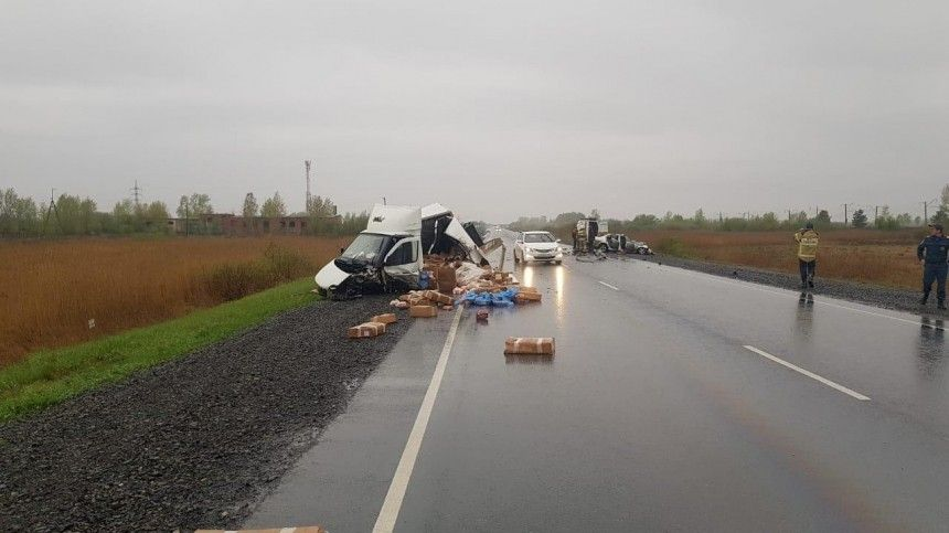 Пятеро погибли при столкновении легковушки и фургона под Красноярском  фото