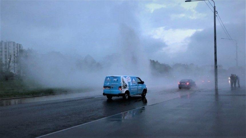 Видео: фонтан с кипятком забил посреди дороги в Петербурге