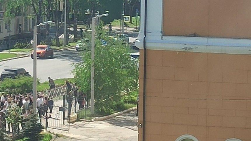 Первые кадры из пермских Березняков, где ученик напал с ножом на учительницу