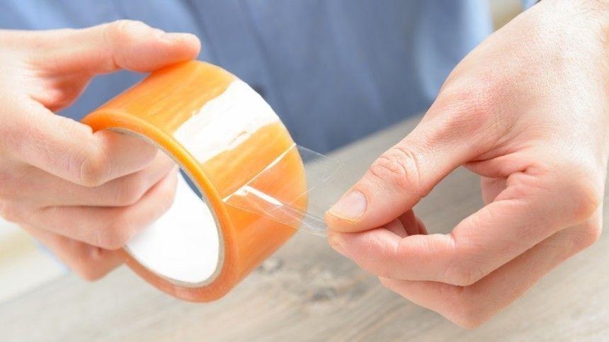 Как сеепомощью липкой ленты очистить одежду отволос, адиван открошек?