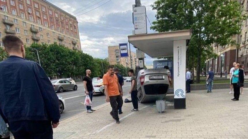 Жесткое видео: авто влетело в остановку на Кутузовском проспекте и перевернулось