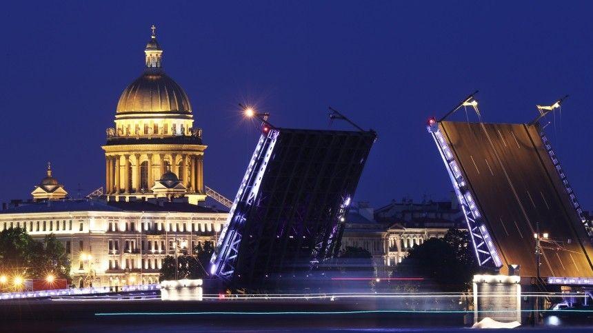 Дворцовый мост в Петербурге подсветили триколором РФ в День города  видео