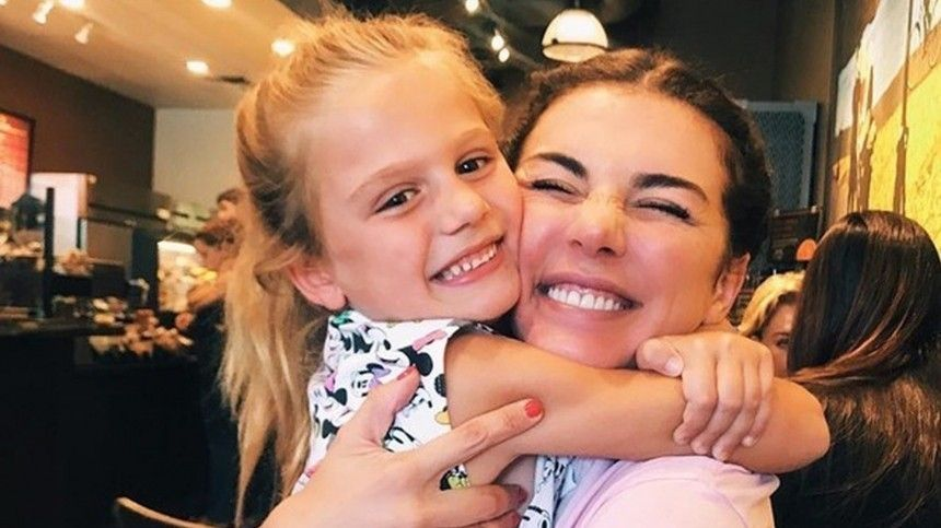 Невероятное счастье: Анна Седокова о редких встречах с дочерью Моникой