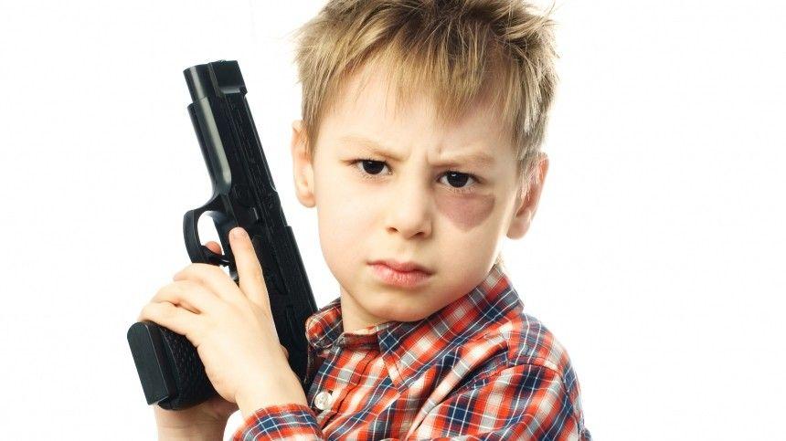 Трехлетний ребенок случайно выстрелил себе в голову из пистолета