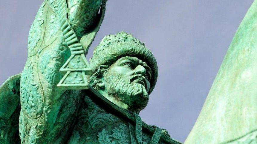 Нетаисторическая личность, немецкое оружие икресты избудущего. Накаких памятниках есть ошибки?