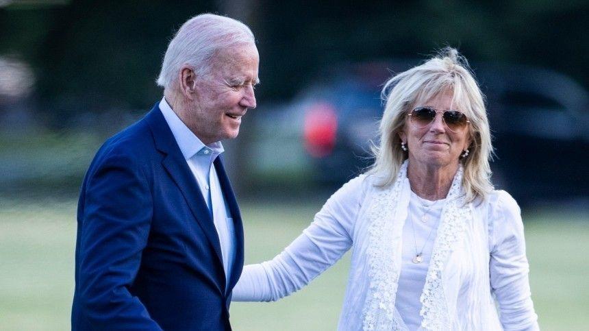 Президент США устроил публичную прогулку спервой леди вдень еерождения.