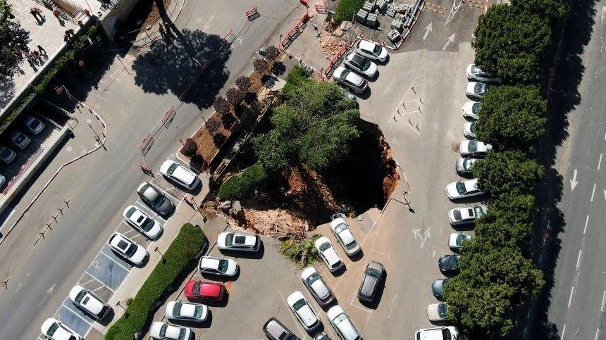 Три автомобиля провалились под землю в Иерусалиме