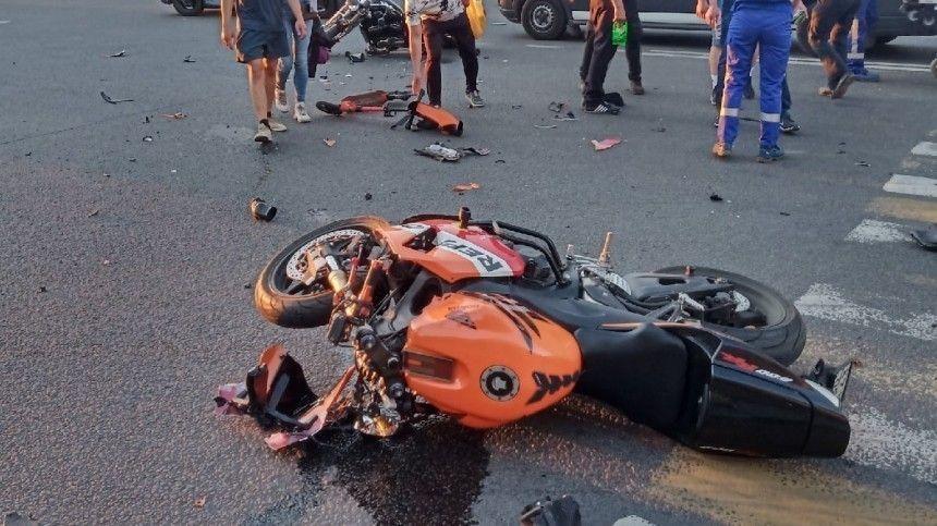 Видео: два байкера не поделили перекресток в Петербурге