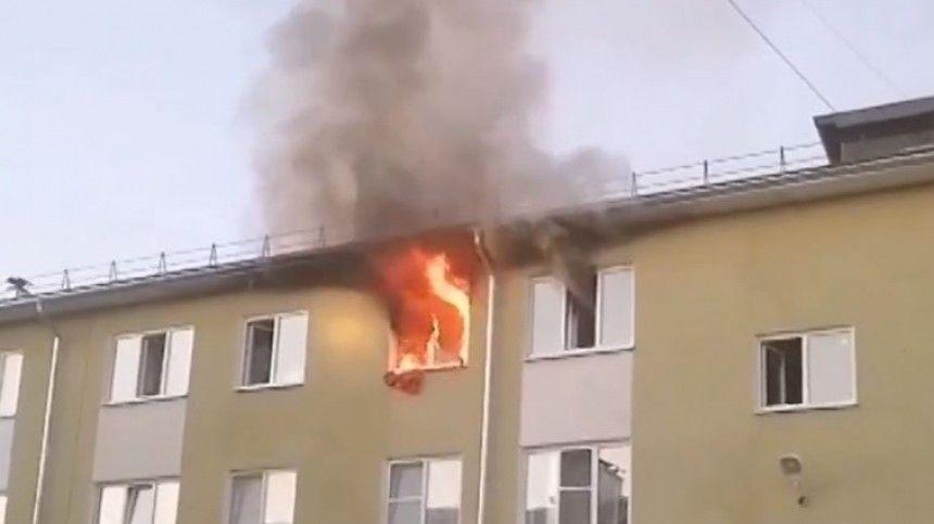 Передавали по рукам: жители Костромы, забравшись по трубе, спасли малышей из огня