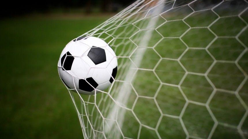 Праздник футбола уже вполную силу ощущается вСеверной столице.
