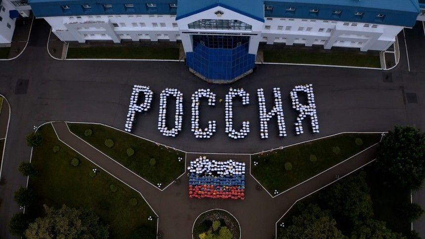 Предприятия посвятили событию праздничные видео, анекоторые организовали патриотичные флеш-мобы.