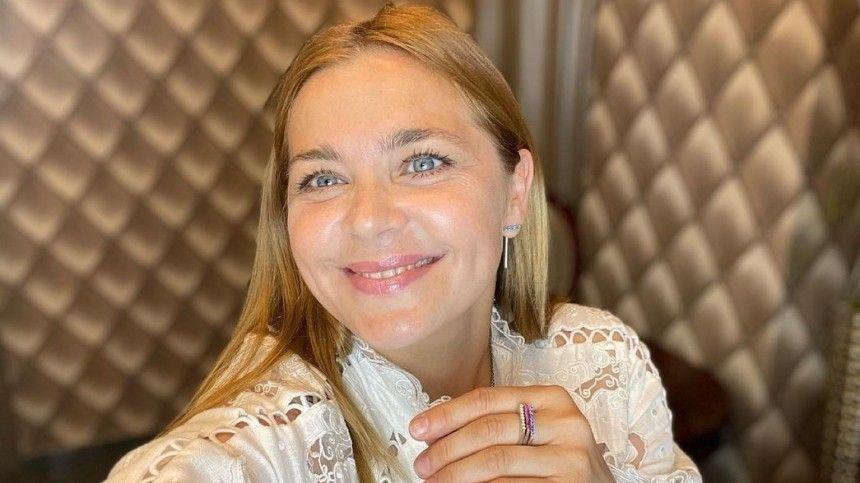 Актриса устроила фотосессию в«Доме Лариных» вПсковской области, где участвует всъемках нового фильма.