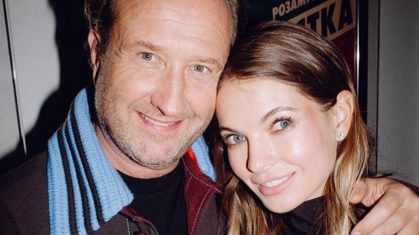 Супруга режиссера Марюса Вайсберга покинула день рождения Глюкозы из-за публичного позора.