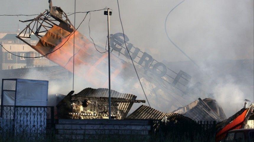 Огромное обжигающее облако пламени поднялось внебо надесятки метров. Затем прозвучала целая серия взрывов. Лишь чудом нет погибших.