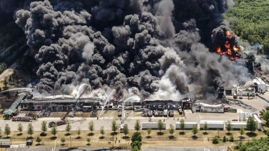 Жителей ближайшего города— аэто восемь тысяч человек— эвакуировали. Весь район окутан едким дымом.