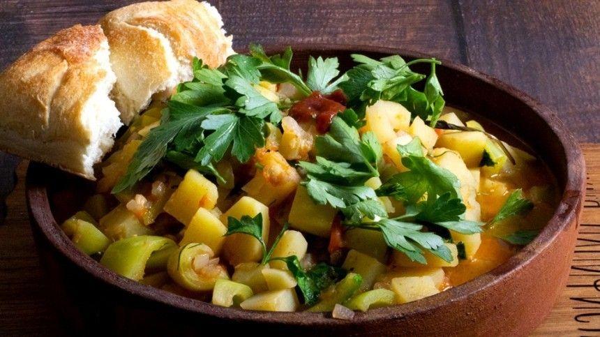 Кулинарный блогер Максим Гринкевич делится рецептом летнего легкого блюда.