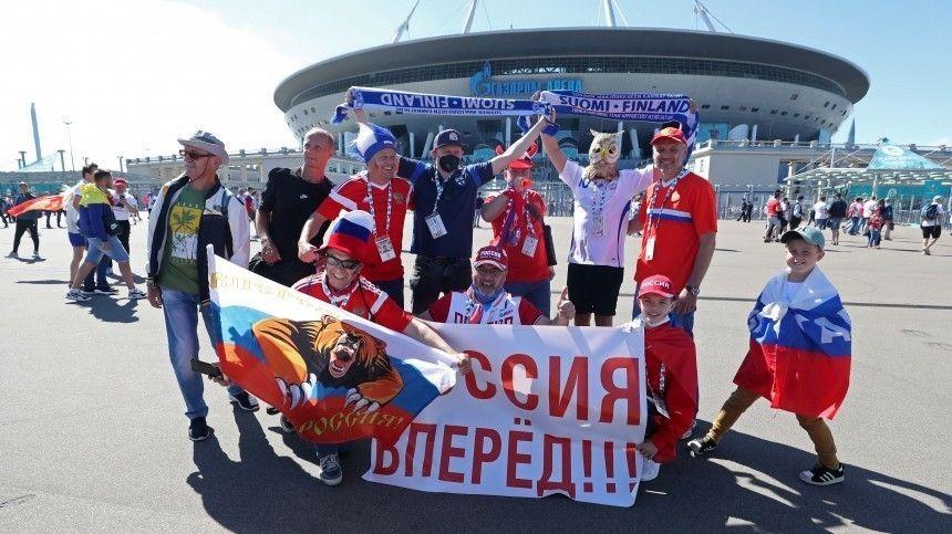 Болельщики, одетые вцвета российского флага, прошлись скричалками поулицам Петербурга.