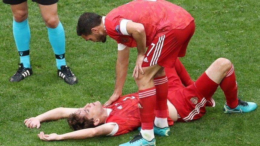 Футболиста унесли споля наносилках вовремя матча сфиннами.