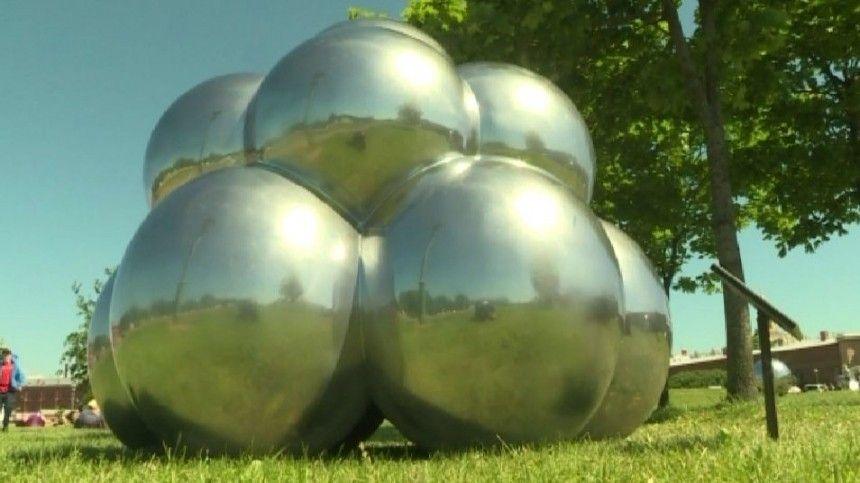Северная столица, например, выполнена ввиде большого зеркального шара, вкотором отражается город ивсе остальные бусины.