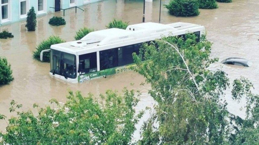 Затем, как прибывала вода, жители Керчи наблюдали врежиме реального времени. Самый наглядный индикатор уровня подтопления— машины наулицах города.