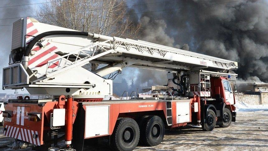 Пожар водном издействующих птичников фабрики тушат 26 пожарных машин.