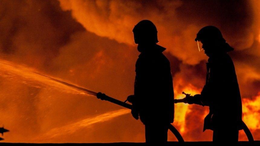 Экстренные службы спешно эвакуируют людей.