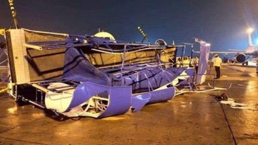 Три самолета столкнулись в индийском аэропорту во время шторма