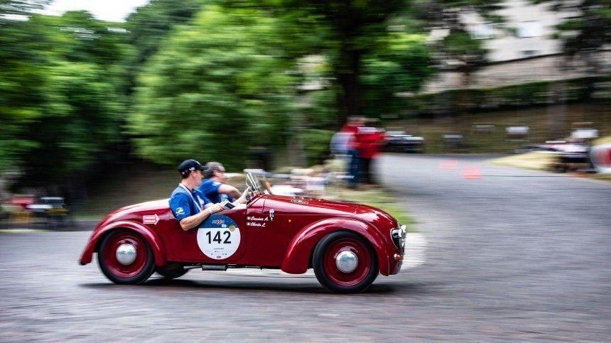 Около 400 автомобилей Ferrari, Bugatti, Lamborghini идругих элитных марок несмогли разъехаться наулицах итальянской столицы из-за заминки настарте.