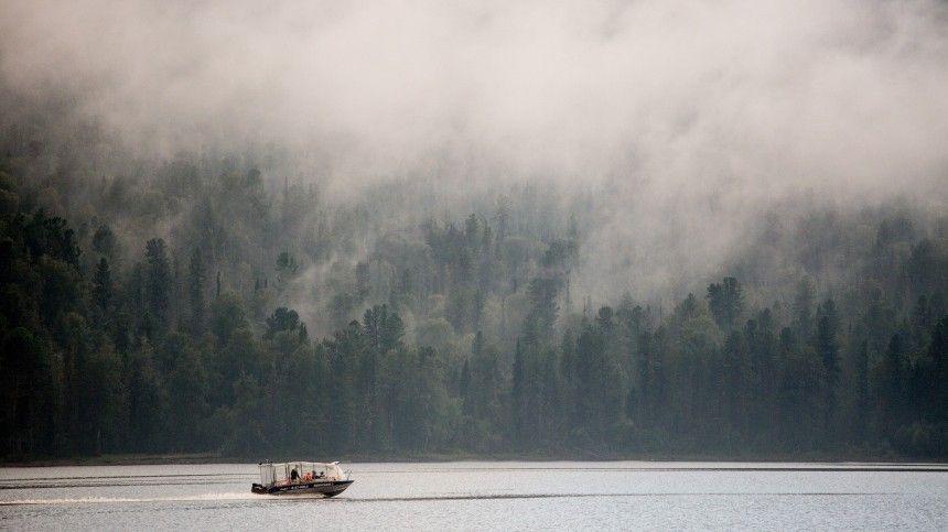 Путешественники сняли наОльхоне гигантское облако, надвигающееся наостров сбольшой скоростью.
