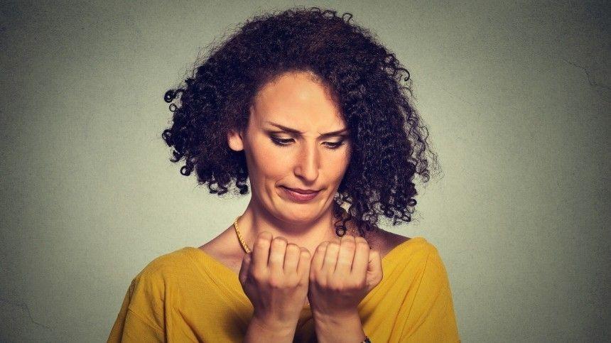 Причины изменения цвета ногтевой пластины могут рассказать осостоянии здоровья человека. Однако, есть факторы, которые влияют нацвет извне.