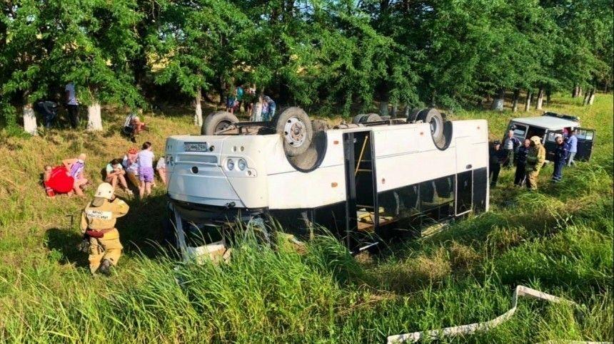 Пассажирский автобус идве легковые машины столкнулись натрассе вСлавянском районе Краснодарского края. ДТП произошло утром всубботу, 19июня.