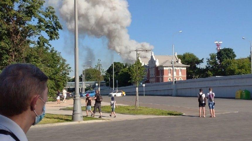 Сообщается, что огонь перекинулся насоседнее здание.