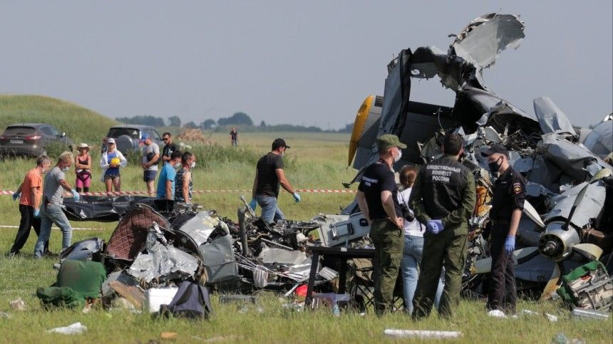Как минимум четыре человека погибли и15 получили травмы врезультате жесткой посадки самолета сотказавшим двигателем.