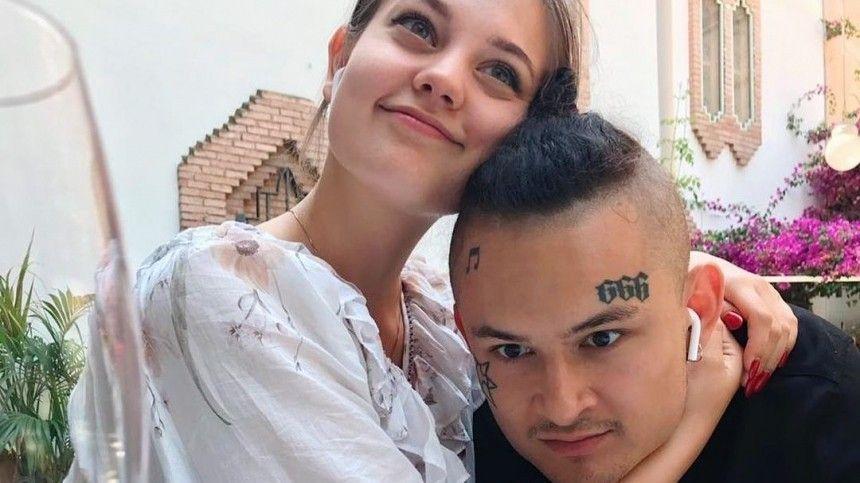 Известный рэпер объявил оскорой свадьбе. Избранницей музыканта стала молодой блогер Дилара Зинатуллина, скоторой артист встречается уже четыре года.