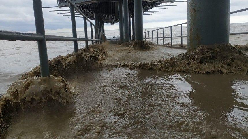 НаюгРФнаэтой неделе пришла большая вода. Больше всего досталось полуострову. Число пропавших после ливней вЯлте выросло додвух, пострадавших до24 человек. Несмотря наэто туристы продолжают прибывать врегион.